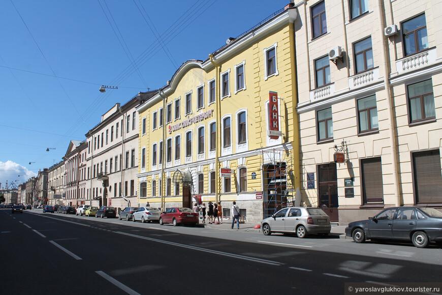 Как и на любой улице в центре города что ни дом, то памятник архитектуры.