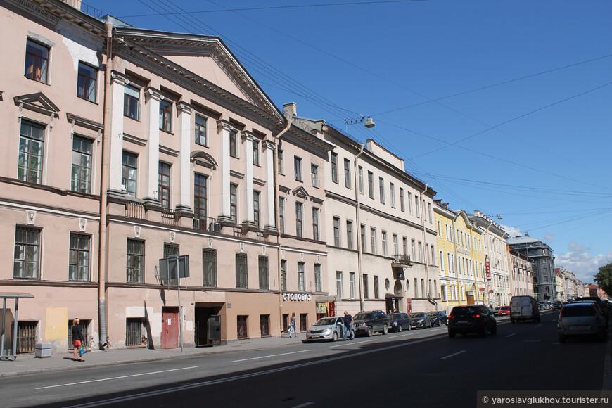 Здание с колоннами — дом Коммисариатского департамента 1840 года постройки.