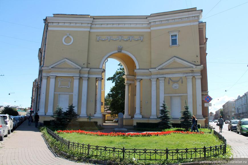 Интересное здание с аркой. Корпус слева — бизнес-центр Покровский (раньше здание ЛенПромСтройПроект), а справа — доходный дом.