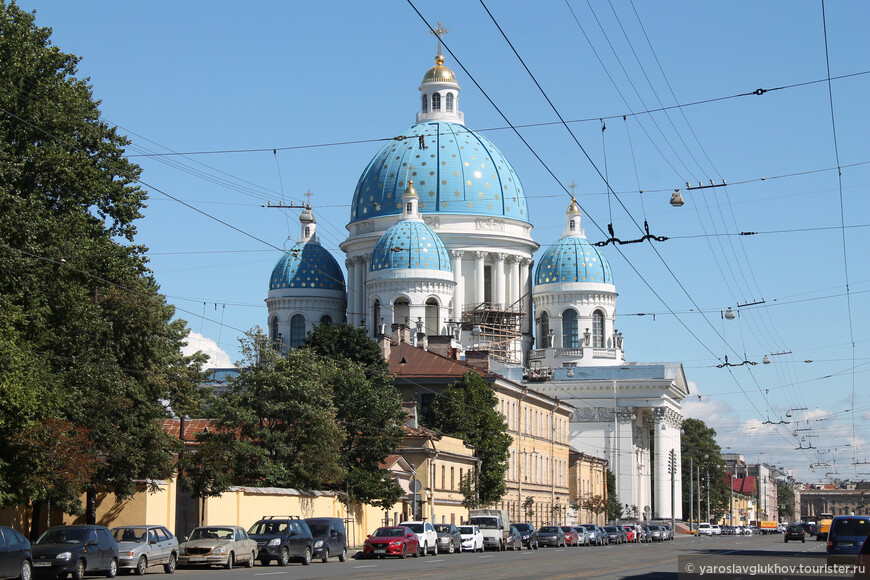 Если идти по чётной стороне улицы, то будет открываться отличный обзор Троице-Измайловского собора.