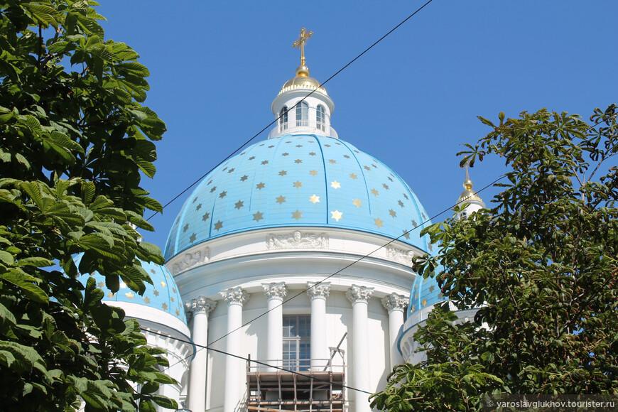 Голубой купол собора со звёздами.