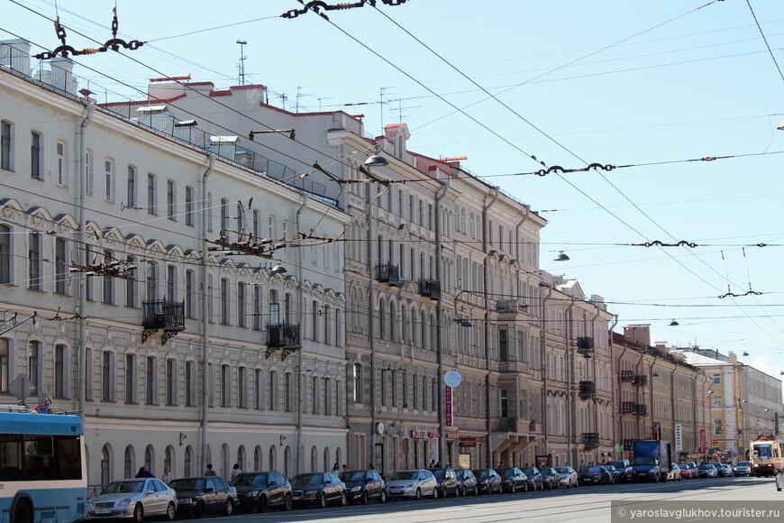 Возле Троице-Измайловского собора Троицкий проспект плавно переходит в 1-ю Красноармейскую улицу.