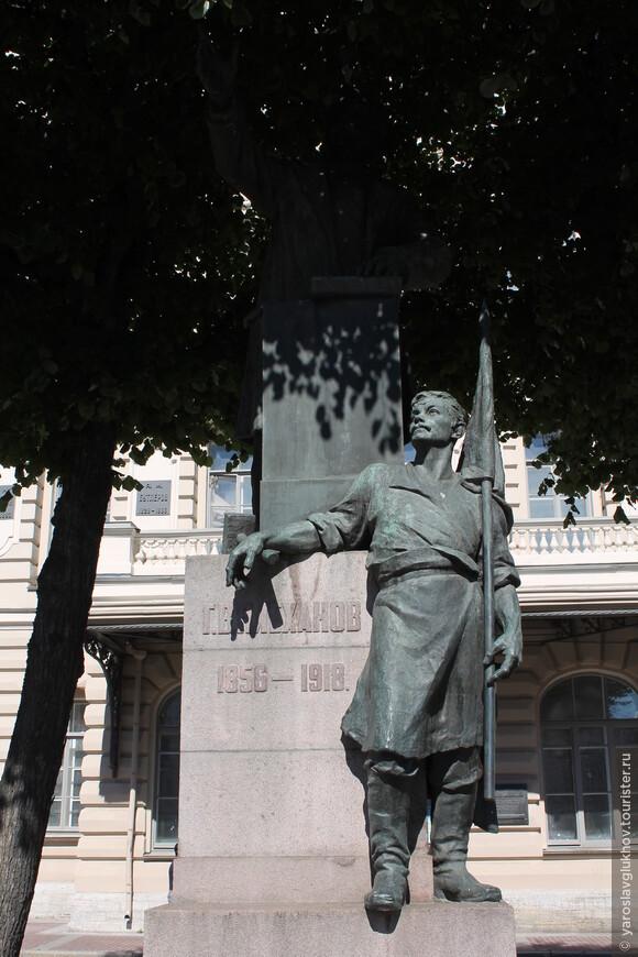 Перед Технологическим институтом на Технологической площади установлен памятник Г. В. Плеханову. К сожалению, достойно я его сфотографировать не смог: тень от соседнего дерева не давала разглядеть Плеханова. Вот то, что получилось.