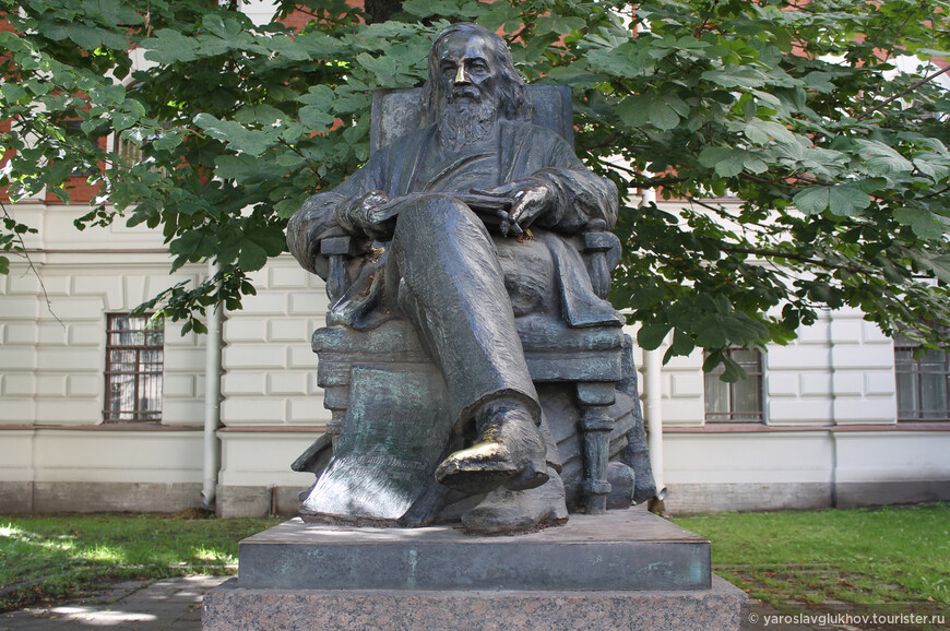 Памятник Д. И. Менделееву на Московском проспекте 1932 года расположен в небольшом сквере на нечётной стороне.