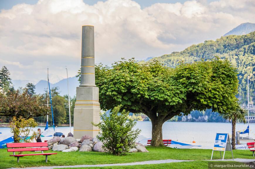 Этот столб показывает разные уровни, на которые выходила вода в половодье реки Мaag, до того как был построен  Linthkanal, снизив примерно на 5 м уровень озера Вален. Это навсегда ликвидировало постоянную угрозу затопления Везена после разлива реки.