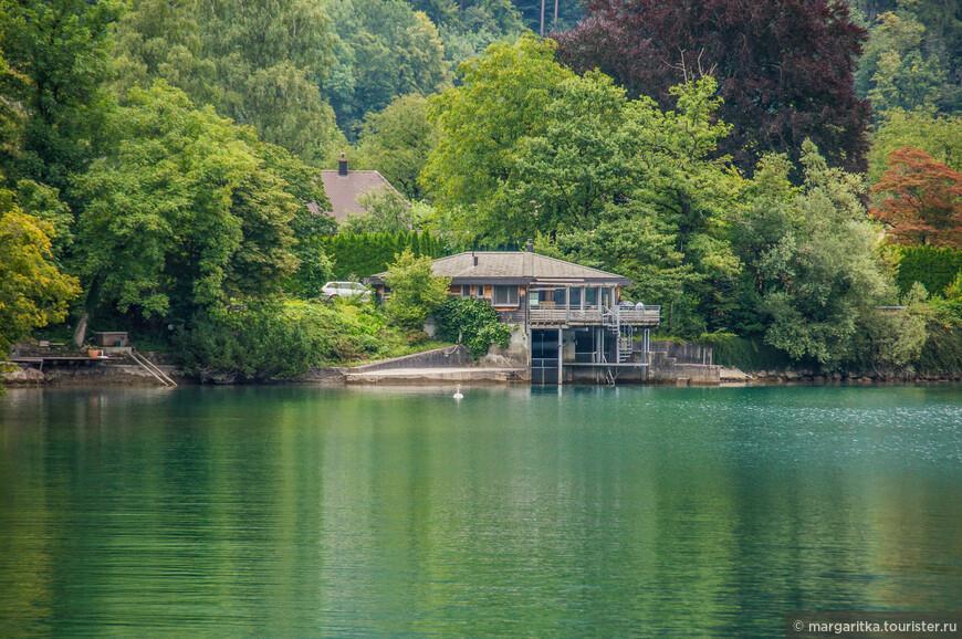 очень живописные дома на самом берегу озеру с выходом к воде