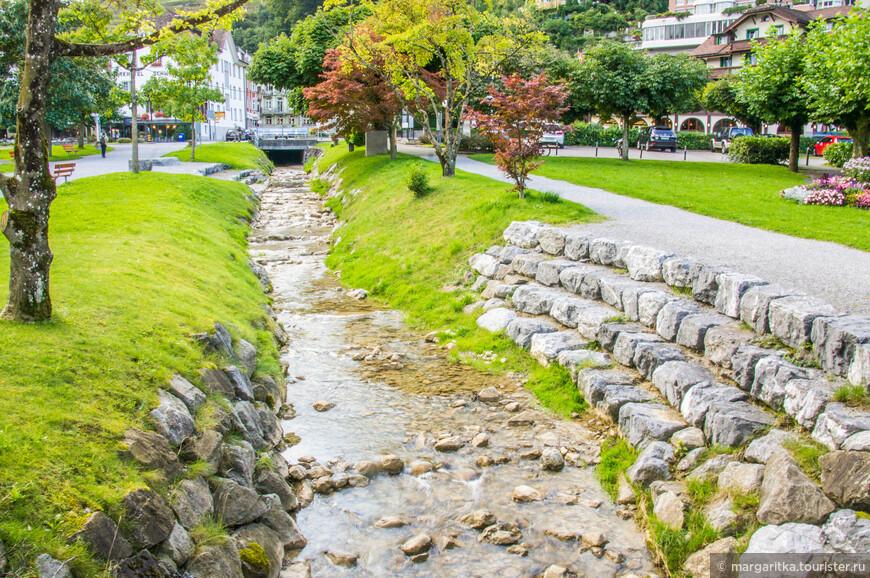 в самом центре протекает ручеёк, который в горде появляется благодаря водопадику, ниспадающему с довольно высокой стены горы метров 200 от набережной