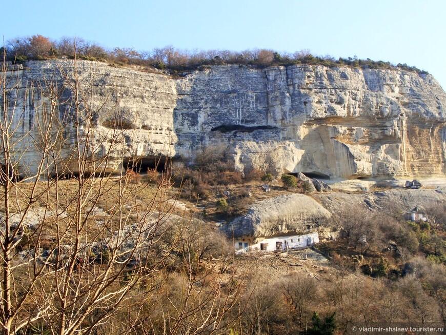 Напротив Свято-Успенского пещерного монастыря через долину Марьям-Дере  - плато Бурунчак (560 метров над уровнем моря).