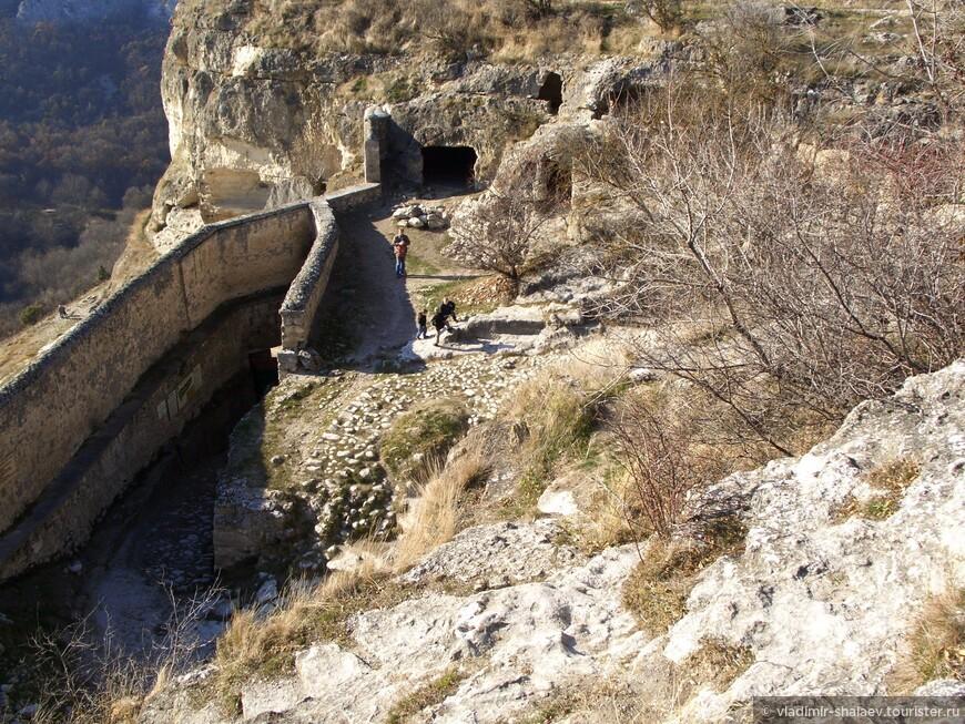 Вид сверху на комплекс пещер.