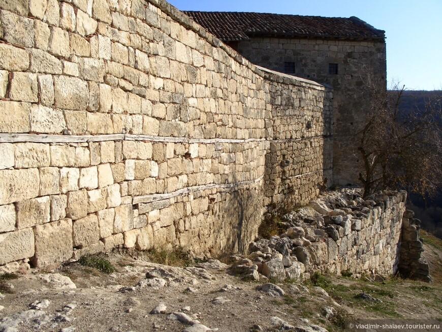 Часть оборонительной стены.