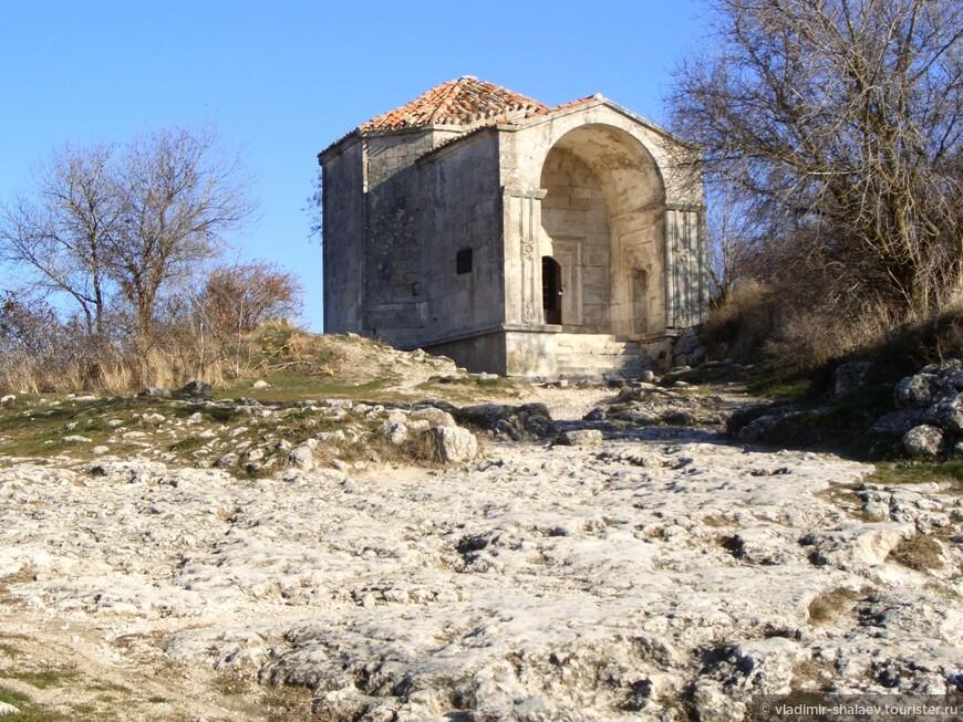Мавзолей Джанике-ханым.  Предположительно был возведён в 15-м веке. На фоне руин иных мусульманских построек Чуфут-Кале он существенно уцелел, и, прогуливаясь по пещерному городу, невозможно не заметить это величественное, хранящее в себе частицу истории Крымского ханства, сооружение.