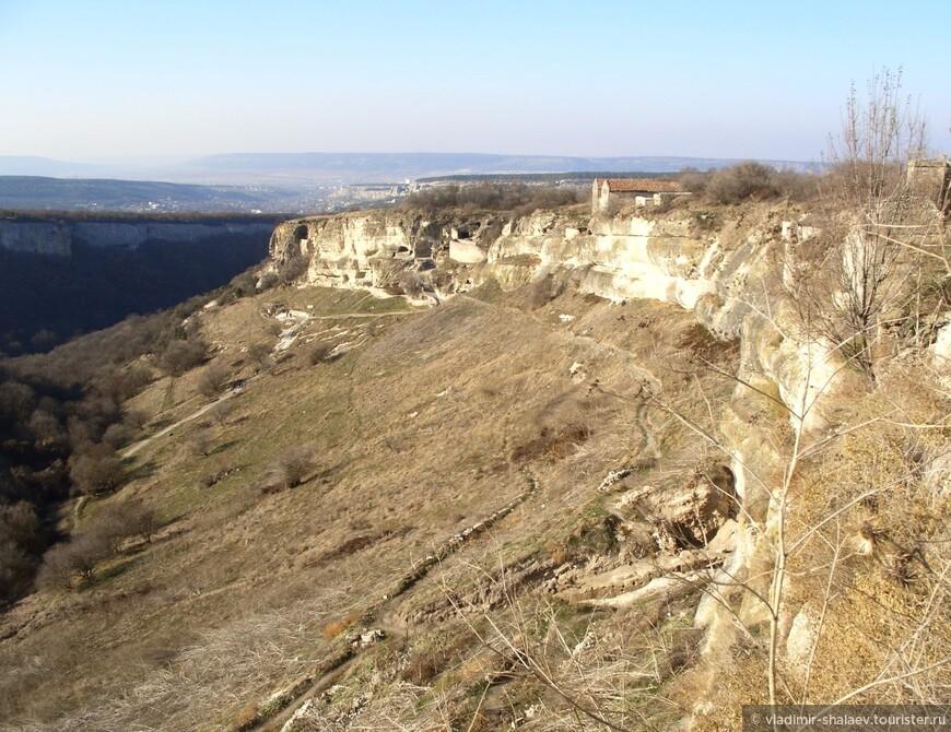 Вид на юго-западный склон Чуфут-Кале и на Иосафатову долину.