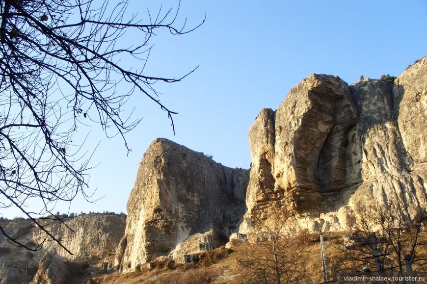 Скалы Сувлу-Кая.  На вершине Сувлу-Каи заросли можжевельника, из которого местные жители продают различные сувениры.
