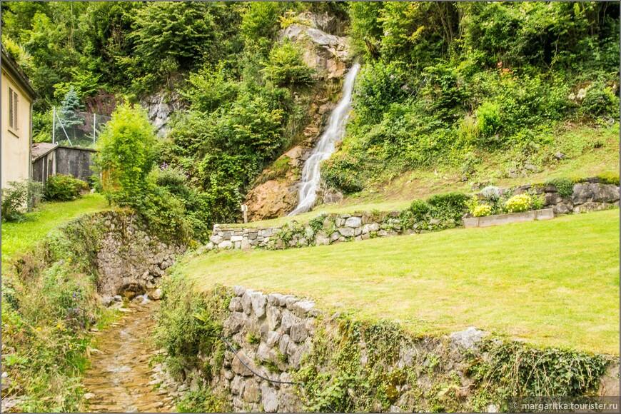 вот и этот водопадик, что дает начало ручейку в самом центре городка Везен