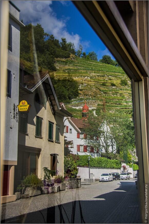отражение городка в окнах отеля