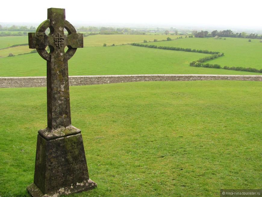 В Ирландии существует поверье, что кельтский крест появился на острове благодаря святому Патрику, обратившему жителей острова в христианство. Согласно ему, кельтский крест - это объединение креста, символа христианства, и языческого символа солнца