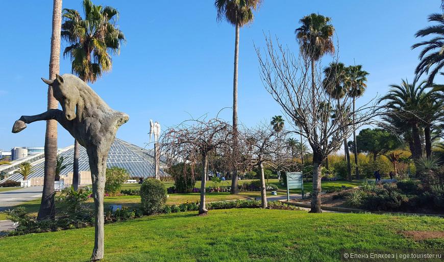 """В парке """"Феникс"""" много скульптур без описания. Вот за этой лошадью видна знаменитая оранжерея парка."""