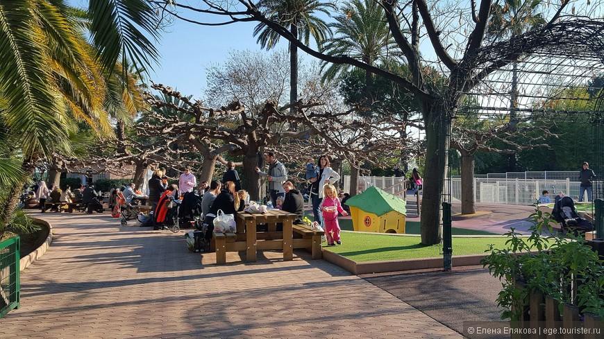 Популярное у посетителей с детьми место для пикника, а справа - детская площадка. На территории парка мы встретили только одно совсем маленькое кафе, где были только картошка фри и огромные непривлекательные бутерброды.