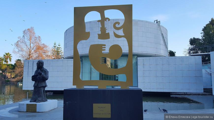 На краю озера находится Музей азиатских искусств.