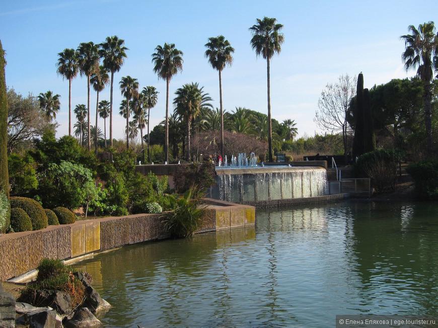 За озером расположен фонтан и водопад, под которым можно прогуляться.