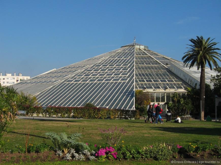 Самая большая в Европе теплица «Пирамида» со стеклянным куполом, высота которой составляет 22 метра.  Другое название теплицы «Зеленый алмаз» или «Зеленый бриллиант». Оранжерея состоит из 7 зон, каждая из которых поддерживает условия тропического климата, чем становится пригодной для жизни растений со всего мира.