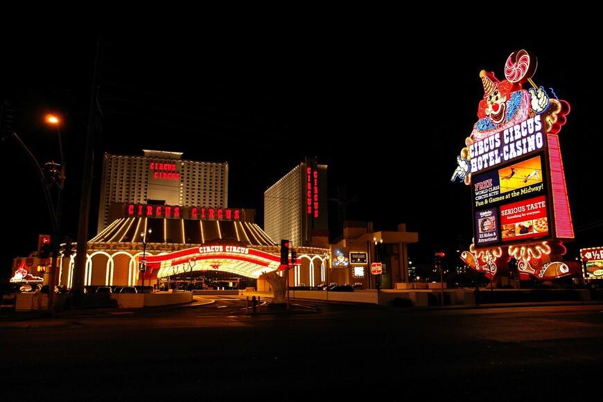 Circus_Circus_Casino,_Las_Vegas_(3479605098)[1].jpg