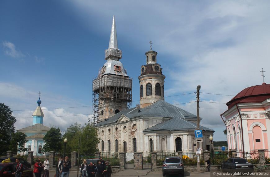 В самом центре Шлиссельбурга находится главный комплекс города — Красная площадь. Слева направо сооружения: Никольская церковь, Благовещенский собор, Казанская часовня.
