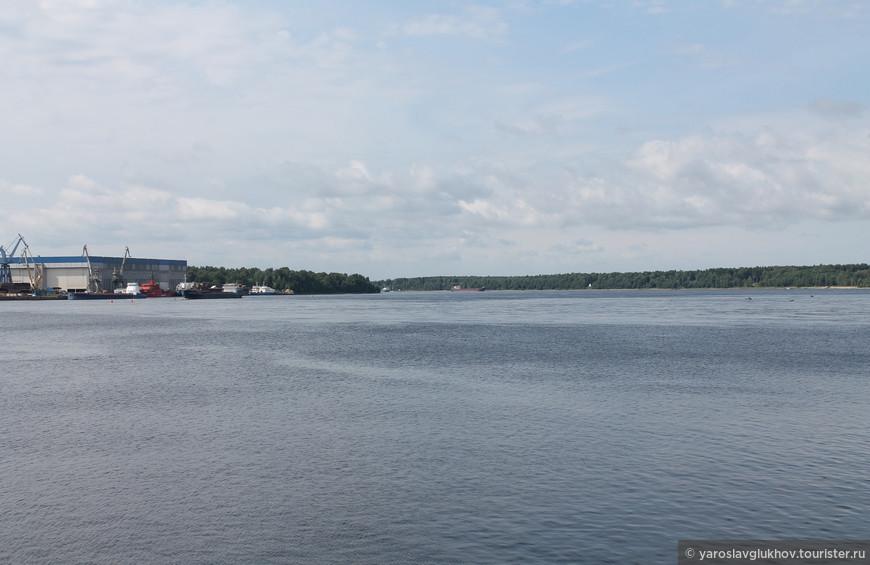 Панорама Невы в сторону Санкт-Петербурга.