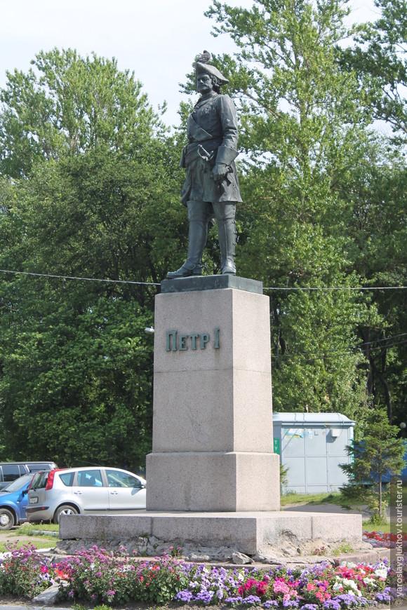 Памятник Петру I на набережной Невы. Здесь же, рядом, соединяются с Невой Староладожский (Петровский) и Новоладожский (Императора Александра II) каналы.