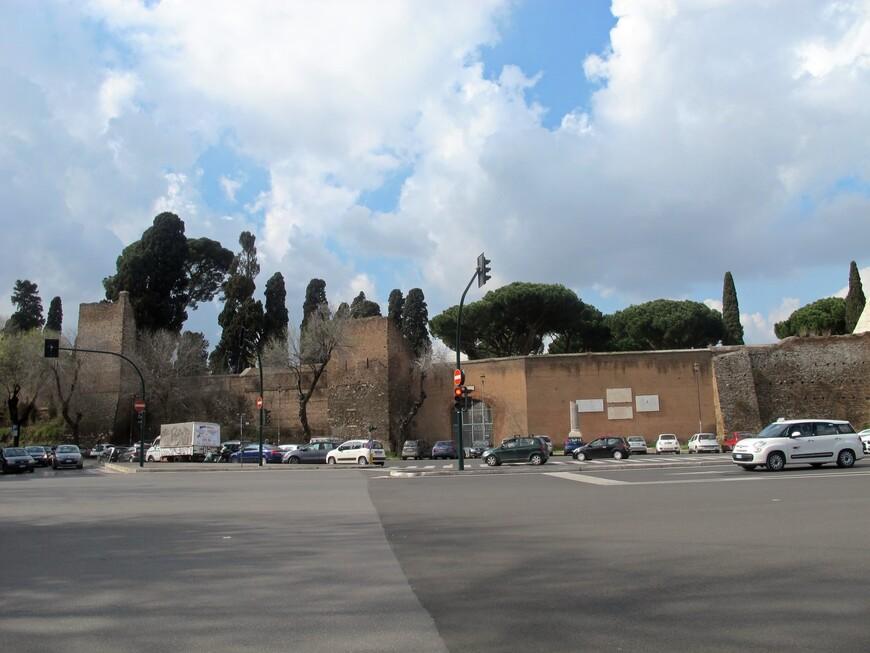 Стена Аврелиана построена в 3 веке и пирамиду Цестия встроили в нее