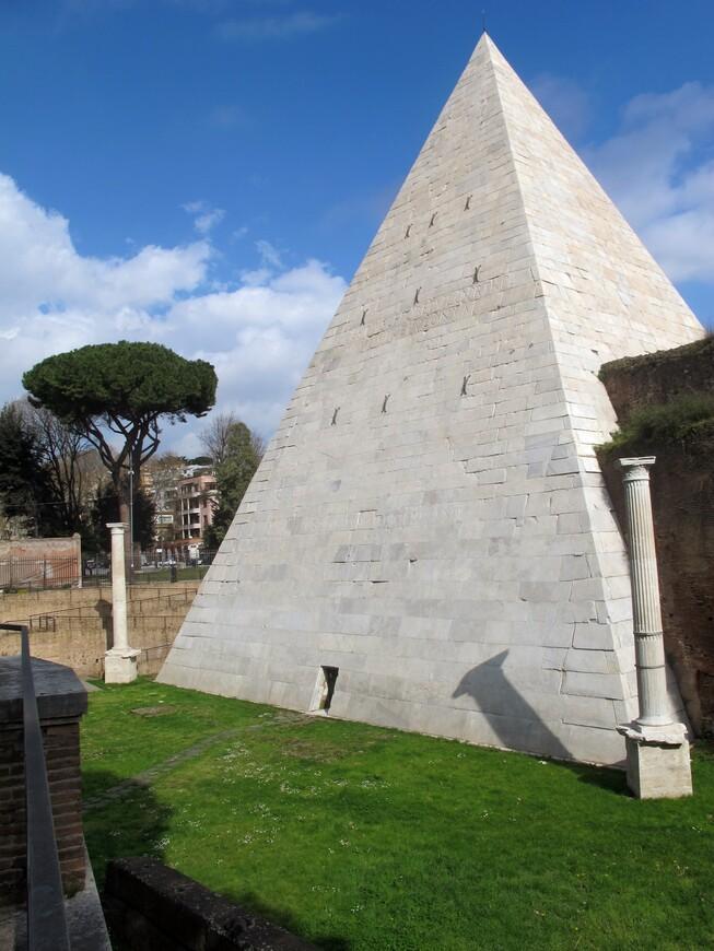 Внутри пирамиды гробница Гая Цестия