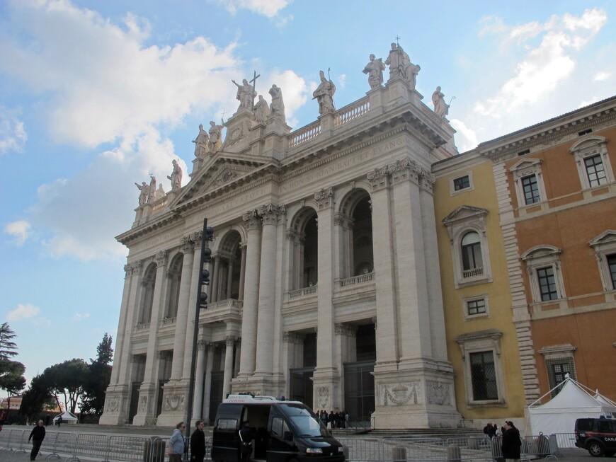 Вход в базилику Сан Джованно ин Латерано. Базилика построена в 4 веке н.э. . но фасад полностью  перестроен в 1755
