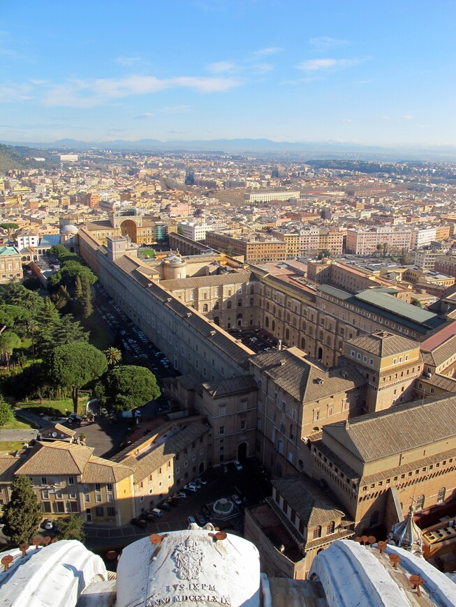 """Внизу музеи Ватикана, даже видно часть Шишки и скульптуру """"Земной шар"""""""