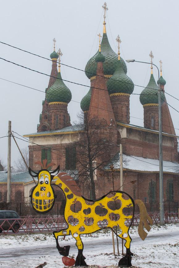 Церковь Тихвинской иконы Божьей Матери и памятник Коню в яблоках.