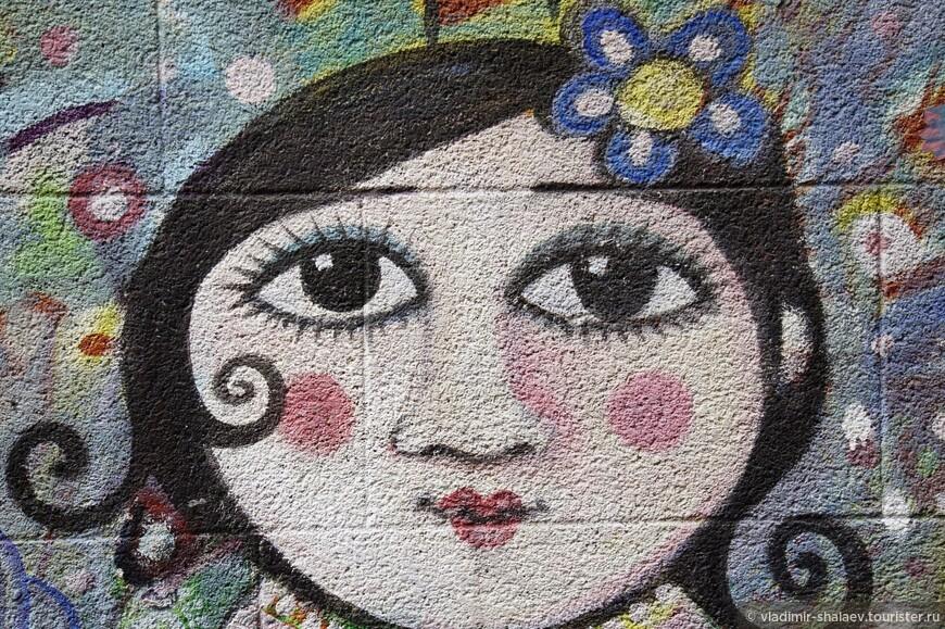Девушка с цветком в волосах.