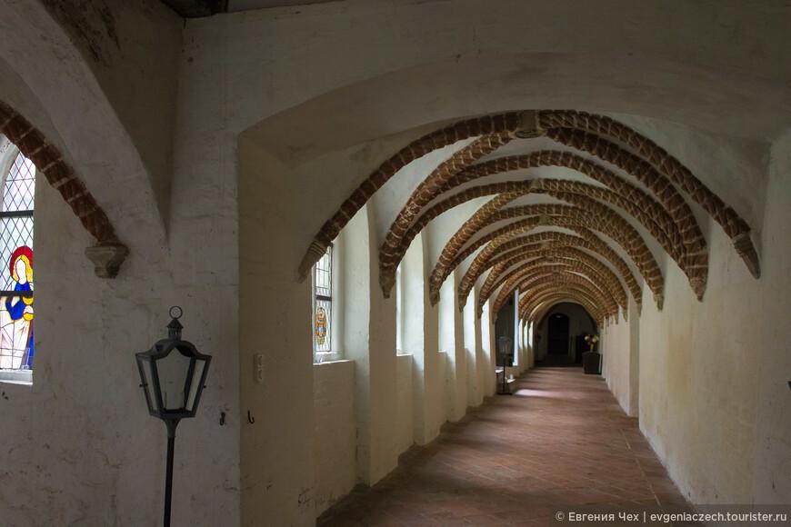 В галереях монастыря