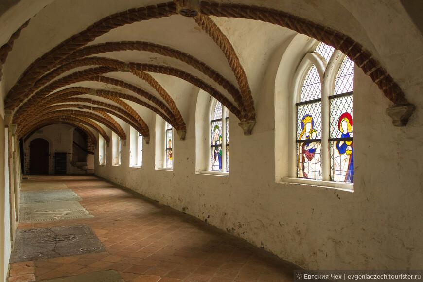 сохранились витражи 14-17 веков