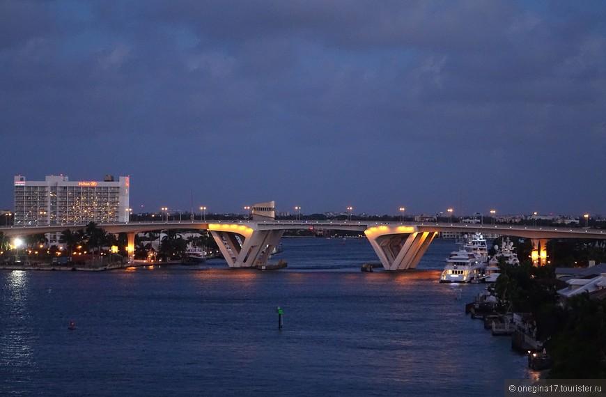 Ночной город красив той красотой, что свойственна всем городам, построенным на берегах морей и океанов.