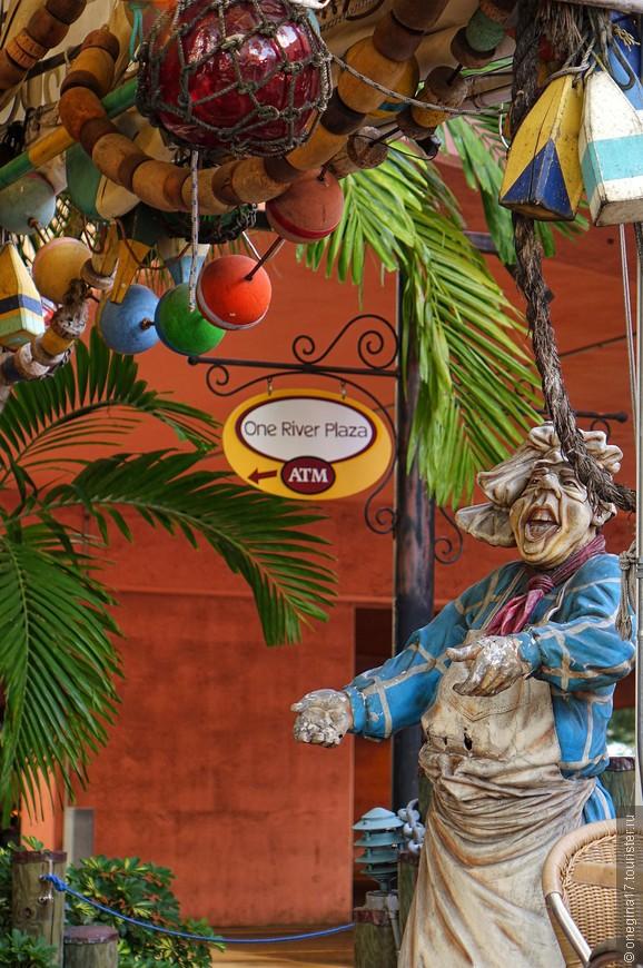 Все в Форте Лодердейле так или иначе связано с океаном. Даже ресторанчики и кафе украшены символически.
