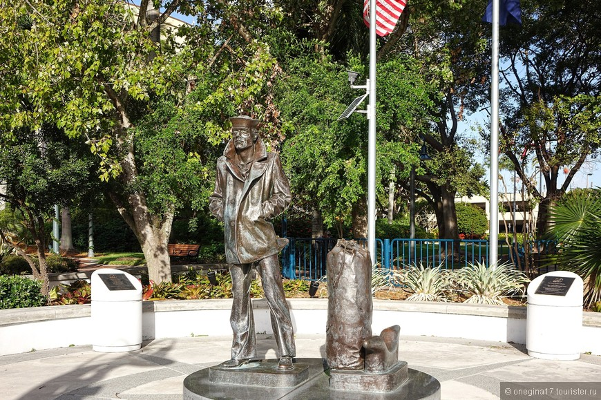 Памятников, как и в любом американском городе, очень и очень много.