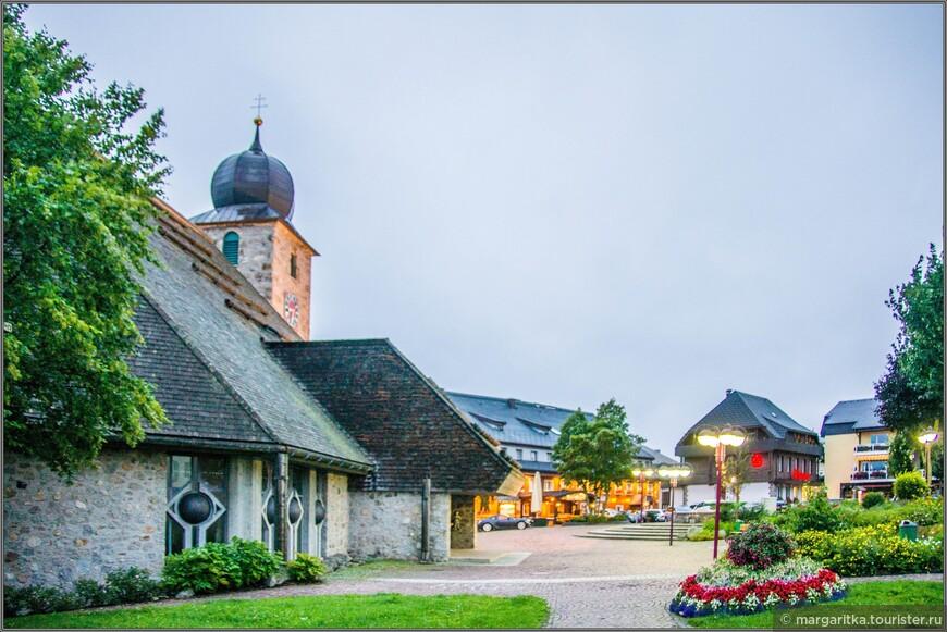 Проектирование и строительство нового Свято Никольского храма возглавил архиепископ Ординариата Фрайбурга с Oberbaurat Laule. Руководитель строительства стал Шилля (Schill). С самого начала проекта был приглашен художник Гельмут Лутц (Helmut Lutz) из Брайзах.
