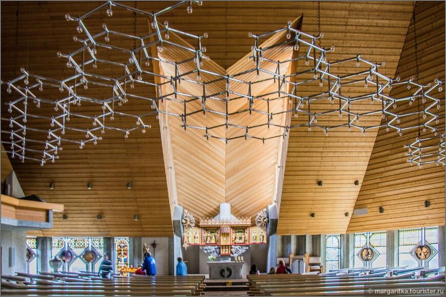 Над алтарной частью свод потолка имеет сложный купол необычным образом разрезанный окнами, которые посетители не видят...