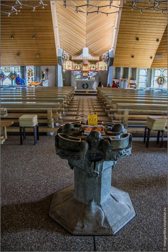 Те, кто входит во внутрь храма, погружаются в обстановку безмятежности. Этому способствует Своеобразный шатровый купол храма, состоящий из 4-х отдельных блоков,  которые четкими линиями стыков устремлены в сторону алтаря.
