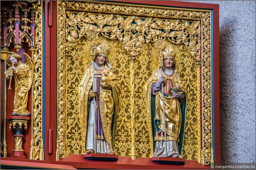 На левой части триптиха изобрвжены двое святых покровителей: Санкт Блез, покровитель монастыря Св Блез (этот храм всё, что осталось от этого древнего монастыря в Шлухзее) и Санкт Бенедикт, основатель бенедиктинского аббатства (к которому ранее был приписан монастырь Санкт Блёз)