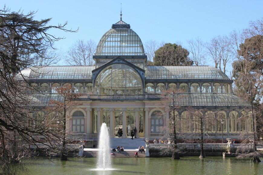 Парк Ретиро. Хрустальный дворец. Павильон спроектировал архитектор Рикардо Веласкес Боско.