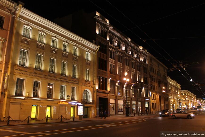 Все здания в ночной подсветке смотрятся совсем иначе, чем днём.