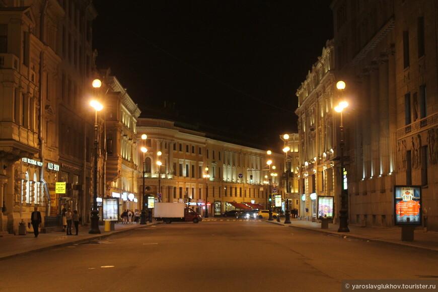 Ночью улицы в центральной части Петербурга освещены хорошо.
