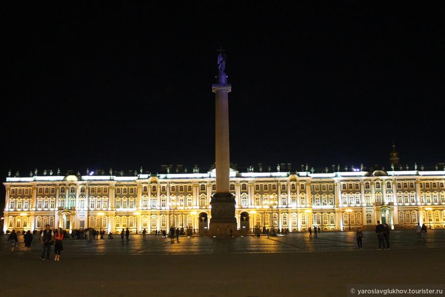 На Дворцовой площади: Эрмитаж и Александровская колонна.