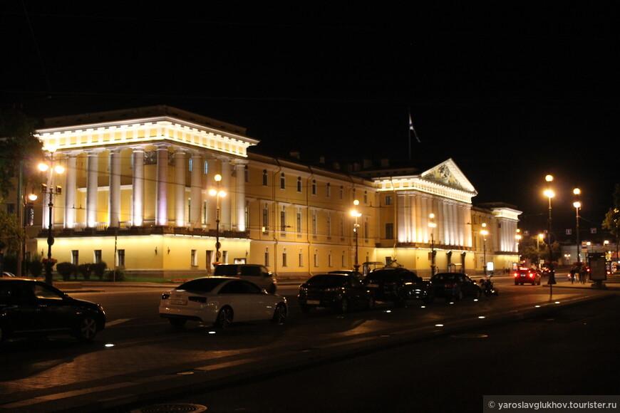 Восточная часть Главного Адмиралтейства ночью.