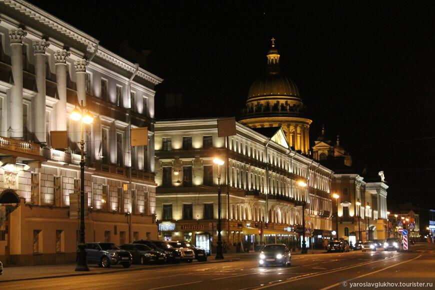Адмиралтейский проспект и Исаакиевский собор в ночи.